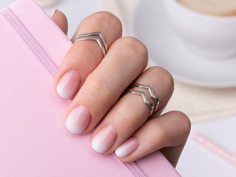 Stylizacja paznokci, palce, pomalowane paznokcie