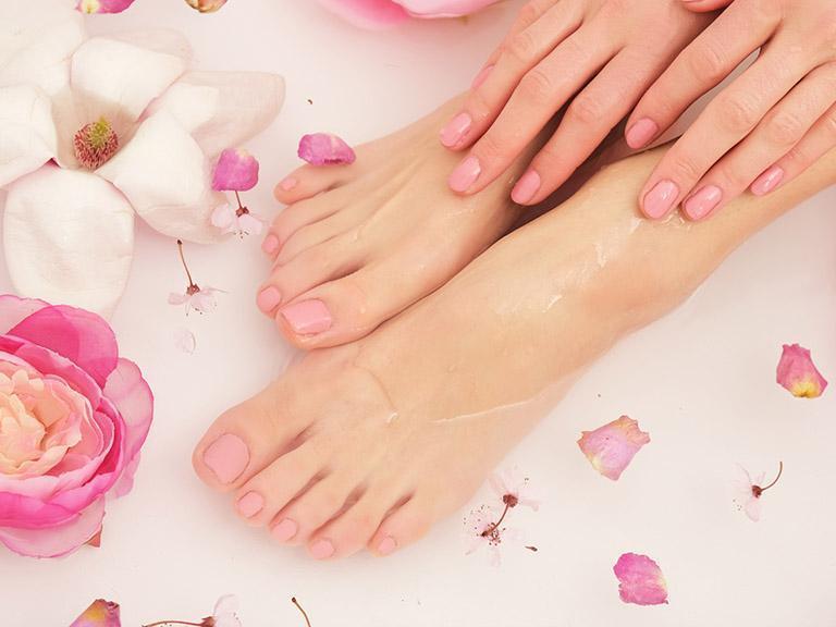 Pedicure, woda, kwiaty, stopy wwodzie