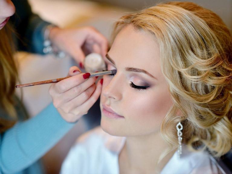 Makijaż okolicznościowy, kobieta, pędzel, malowanie oczu