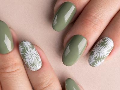 dłonie, pomalowane paznokcie, kolor zielony, wzorek