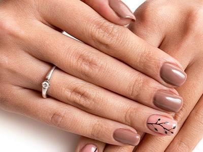 dłonie, pomalowane paznokcie, kolor brąz, wzorek